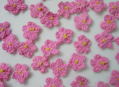 CR81 Crochet Mini Flower Applique Motif Pink 16pcs
