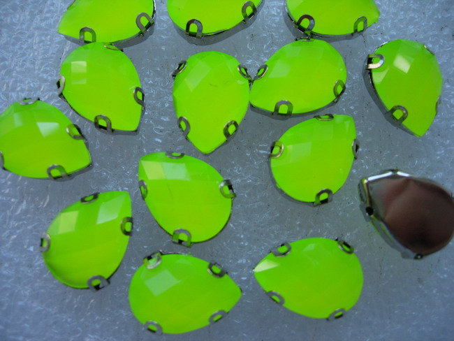 RM38 13x18mm Teardrop Neon Lime Resin Gemstones w/Setting x20