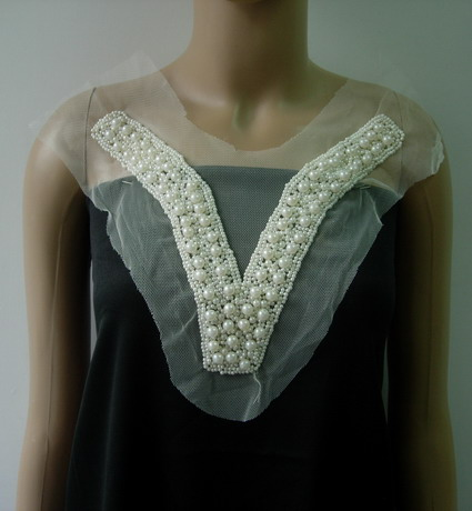 NK329 Fashion V-Neck Neckline Pearl Beads Applique Motif