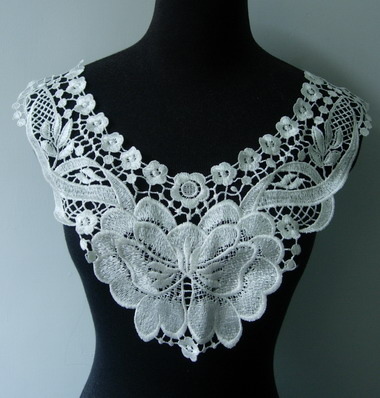 VK202 Lace Flower Neck Collar Venise Venice Applique Motif Cream